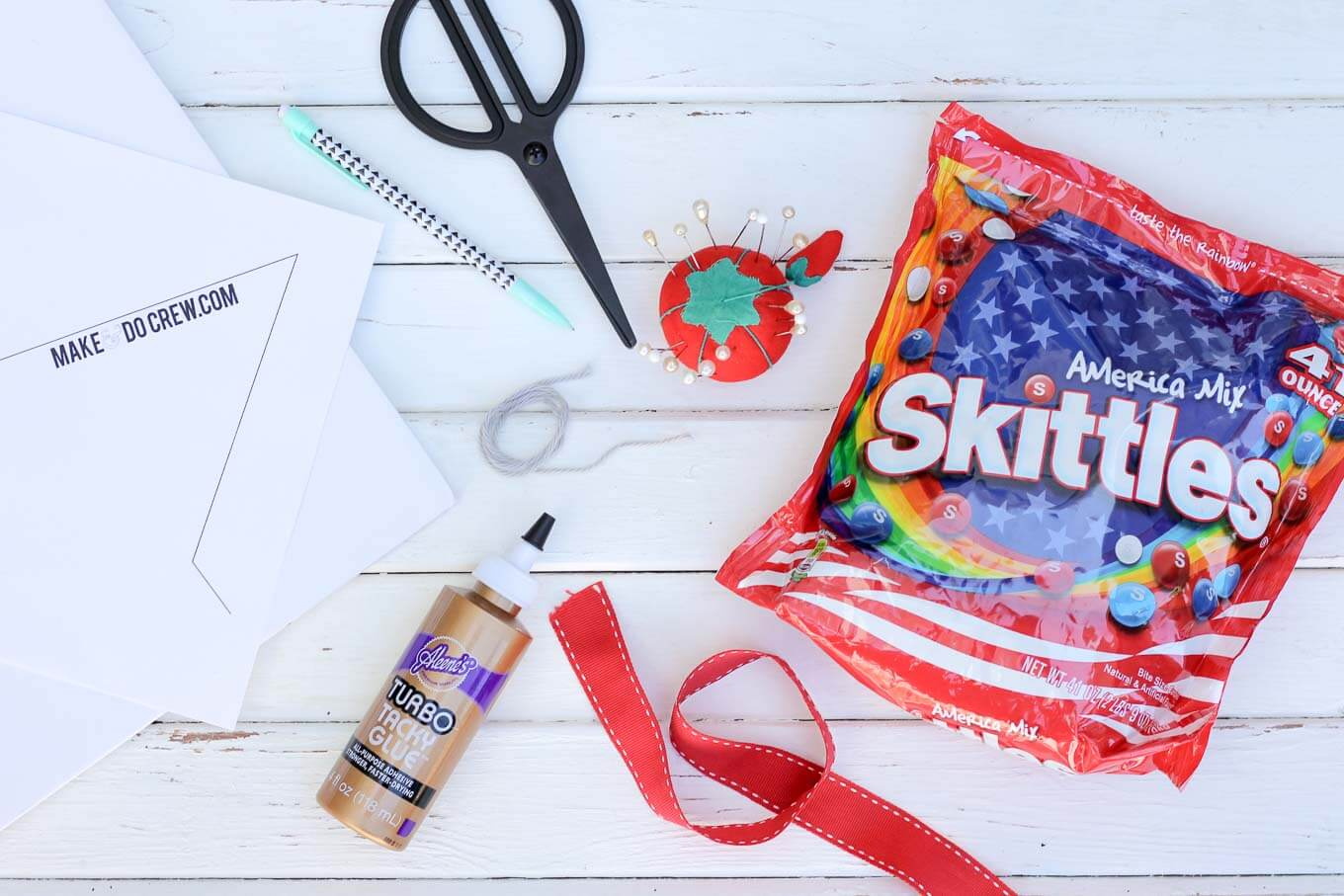 This patriotic mandala makes a festive Memorial Day, Labor Day or 4th of July party decoration idea. The red, white and blue American Mix Skittles add the perfect pop of color for this show stopping DIY decor idea. | MakeAndDoCrew.com #SkittlesAmericaMix #tastetherainbow #shop