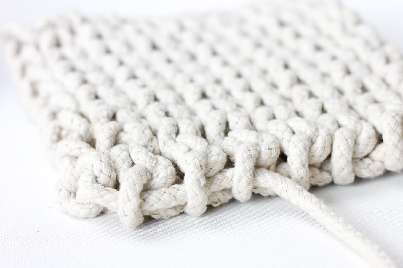 Add a handmade touch to your purchased gifts with this modern crochet trivet made from rope clothesline! Perfect DIY hostess gift.