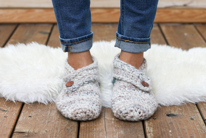 0df8e449cf90 This free crochet slippers pattern will satisfy the modern minimalist in  you while also making you