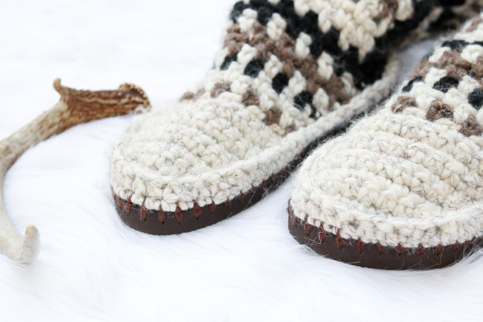 Keep your toes epically toasty in these mukluk style crochet slipper boots with flip flop soles. The mukluks are crocheted separately and then added to the flip flops, making this a perfect first crochet flip flop project. Made using Lion Brand Wool-Ease Thick and Quick.