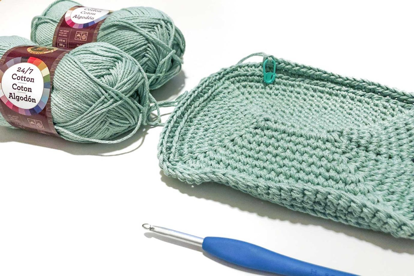 Free crochet pattern for a flat bottomed purse or lunchbox using Lion Brand 24/7 Cotton yarn.