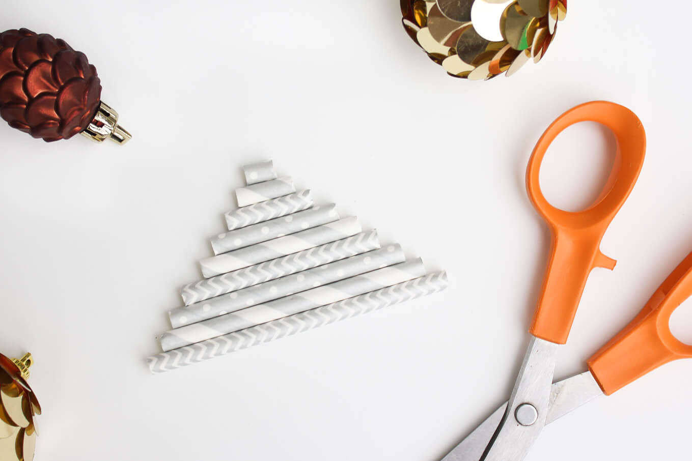 How to make stunning DIY Christmas ornaments from paper straws. Super easy and cheap craft idea for both kids and adults. The result is both charming and sophisticated. Click to view full tutorial!