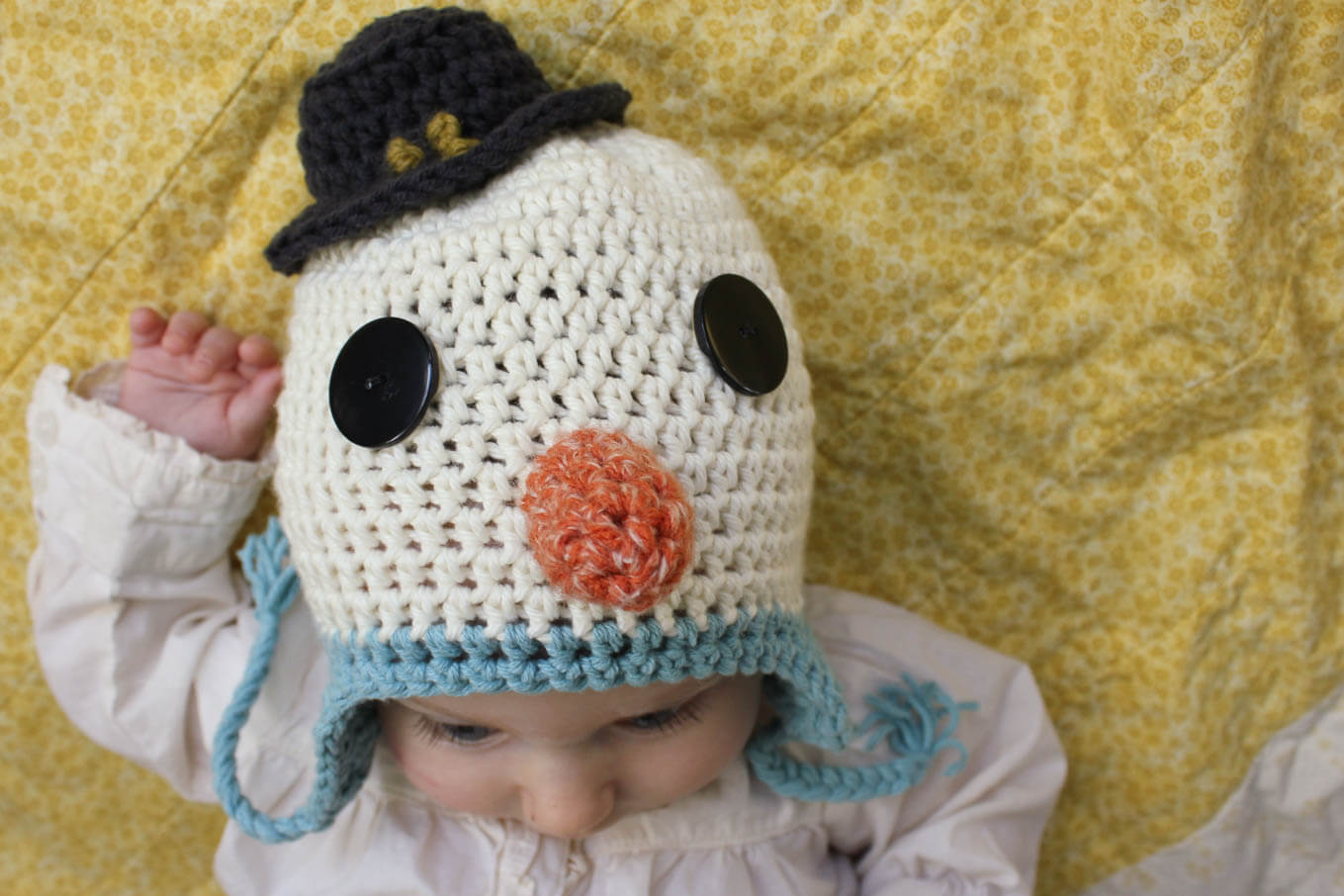 Free beginner snowman crochet hat pattern. Sizes include newborn, infant (baby) and toddler. So much cuteness! Click to view free pattern.