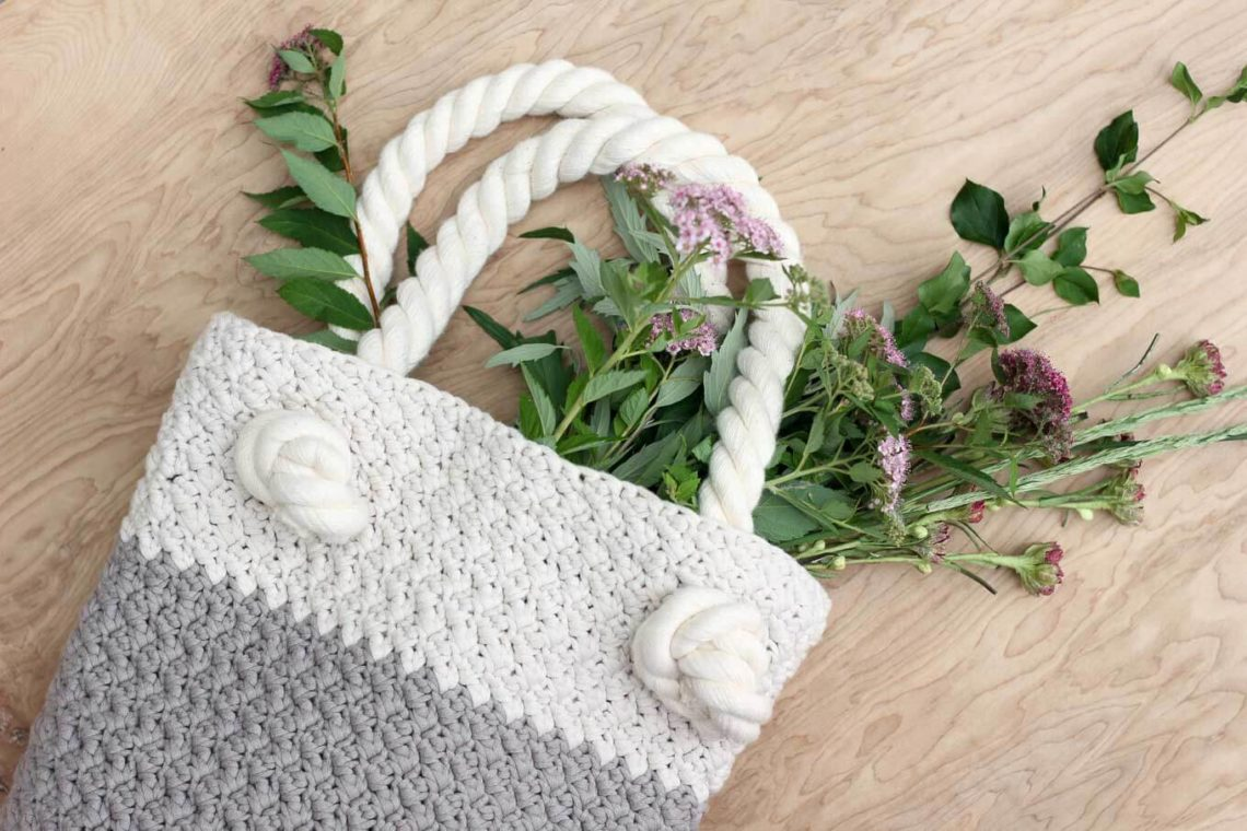 """This free crochet bag pattern for beginners is deceptively simple. Neutral colors and a beautiful texture combine in the perfect modern tote or oversized purse. Click for the full """"Suzette"""" stitch tutorial and free bag pattern. 