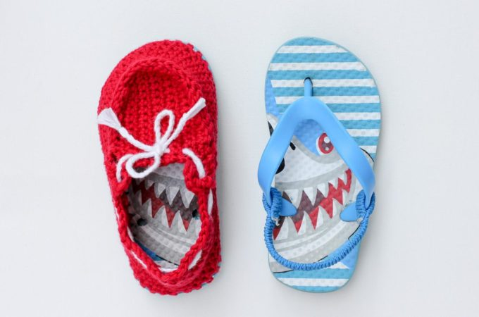 "Crochet toddler ""boat shoe"" slippers with flip flop soles – free pattern!"