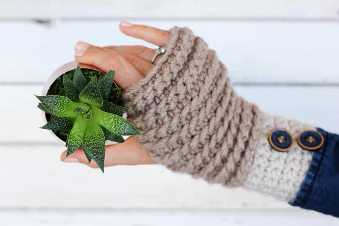 Beginner-friendly crochet pattern: a pair of fingerless gloves (mitts) video tutorial.