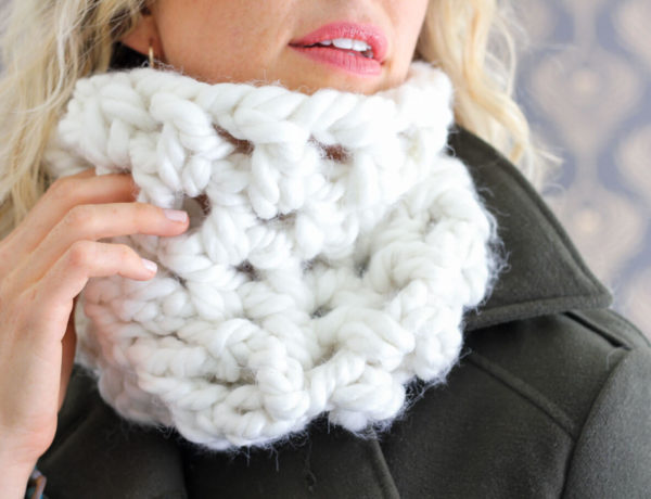 This free chunky cowl pattern works up in a jiffy and feels like a blanket of clouds around your neck! It's a inexpensive one skein crochet project using Loops and Threads Chunky Braid yarn. Makes a great DIY gift idea!