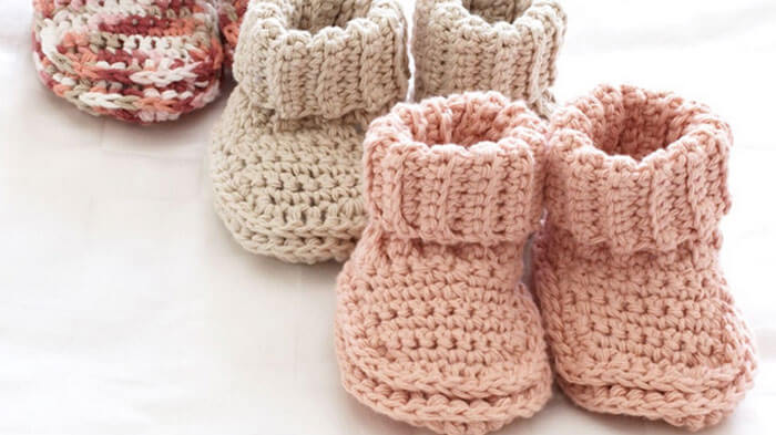 These Roll Down Baby Booties are quick and make adorable gifts. Great free pattern to use your yarn scraps and make a great baby gift.