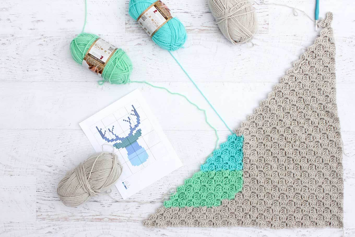 Free deer silhouette crochet afghan pattern. Download the free chart for a baby afghan or larger throw. Great first graphgan project using Vanna's Choice yarn.