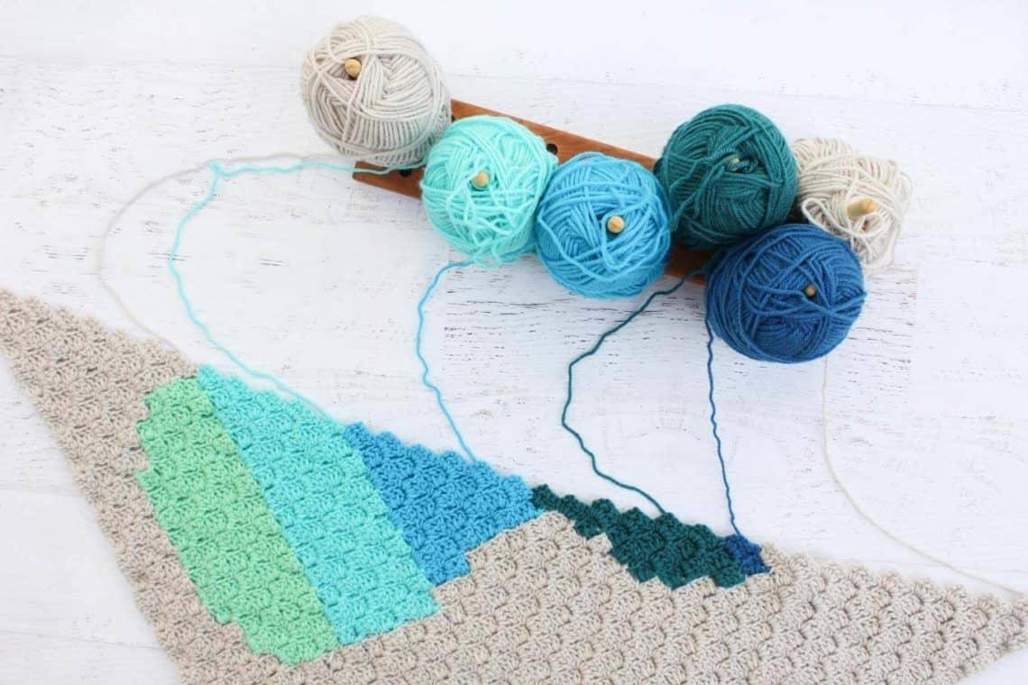 Modular yarn bobbin holder for corner-to-corner crochet (c2c)