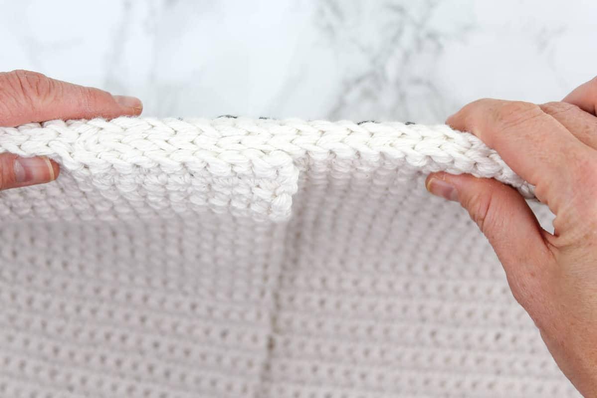 Free crochet pillowcase pattern.