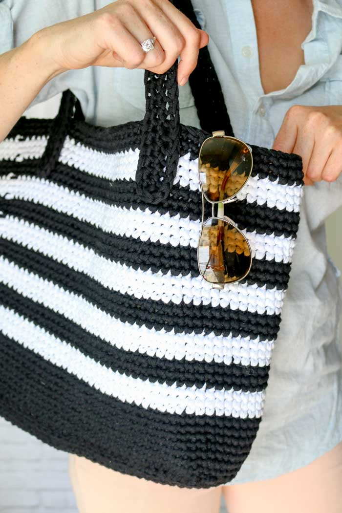 Classic meets modern in this crochet tote bag free pattern. This bag is perfect purse for the beach, a family day out or even work.