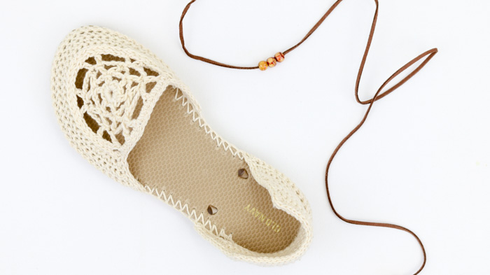 Ecru yarn and leather will always be my fave! Free crochet flip flop sandals pattern using Lion Brand 24/7 Cotton.
