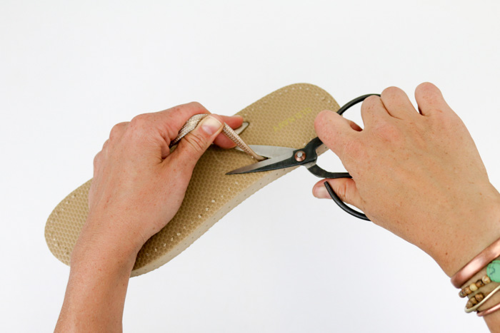 Learn how to crochet on flip flops and all the tips to make your DIY shoes a success.