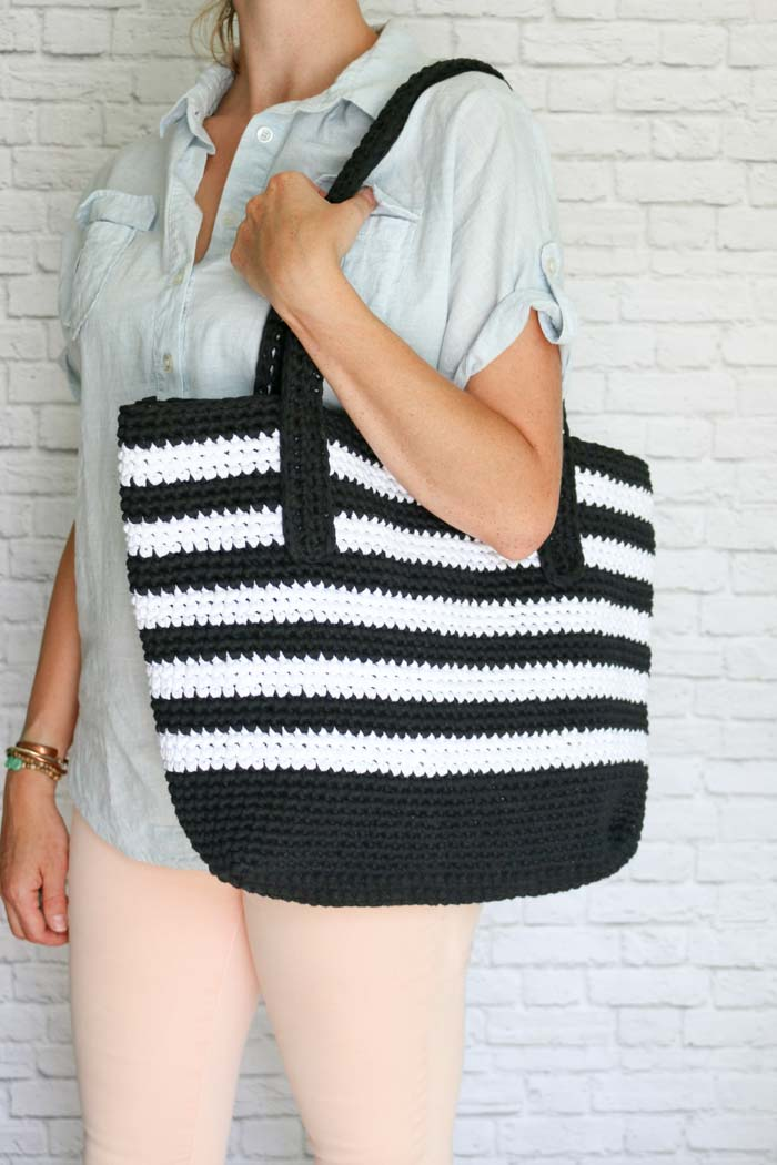 Classic meets modern in this black and white striped crochet tote bag free pattern. Made with very basic crochet techniques and Lion Brand Fast-Track yarn, this purse is a perfect pattern for a confident beginner.