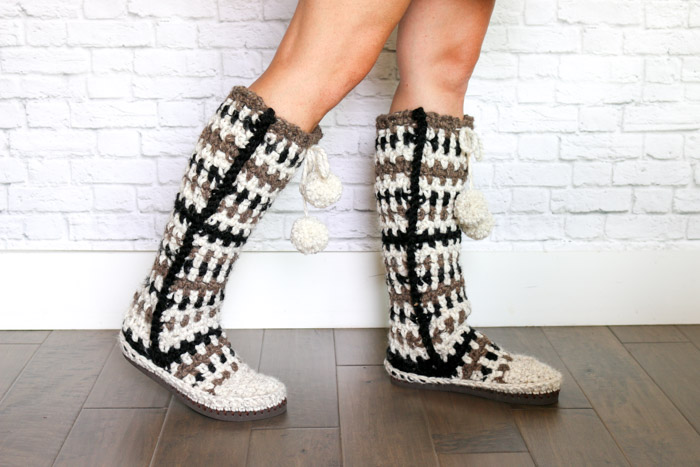 Keep your toes epically toasty in these mukluk style crochet slipper boots with flip flop soles. The mukluks are crocheted separately and then added to the flip flops, making this a perfect first crochet flip flop project.