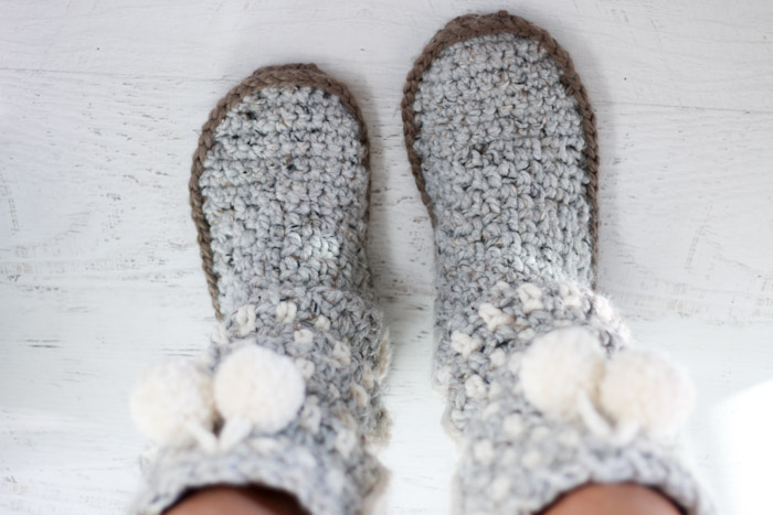 Cozy crochet mukluk slippers with pom pom tassels. These nordic-looking slippers are easy and quick!