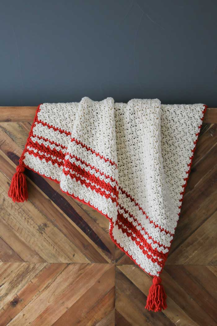 So cozy! This is a beginner crochet blanket pattern that's easy enough for anyone to make! There's a video tutorial as well.