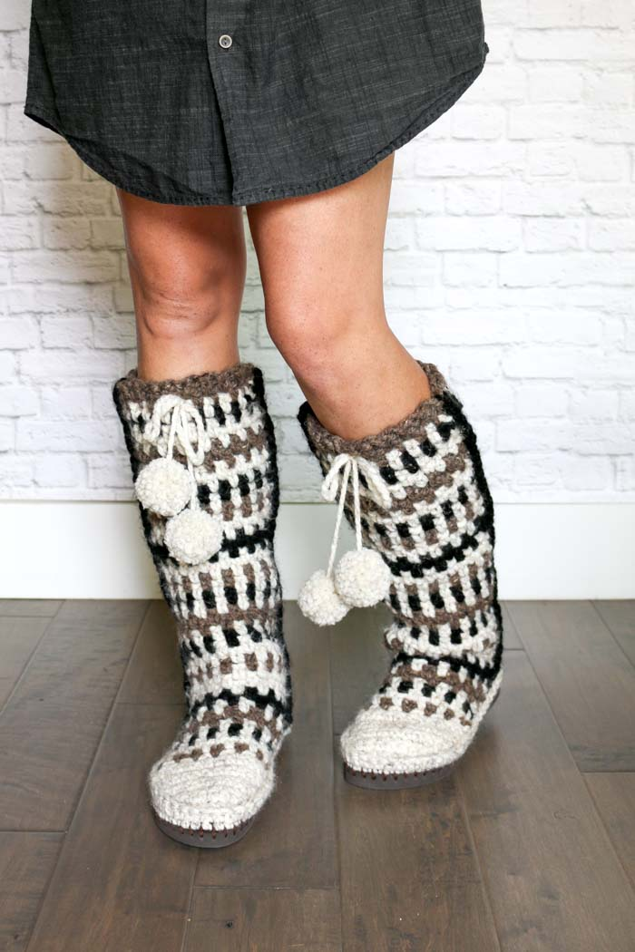 Free crochet slipper boots pattern. Love the modern look of these moss stitch stripes!