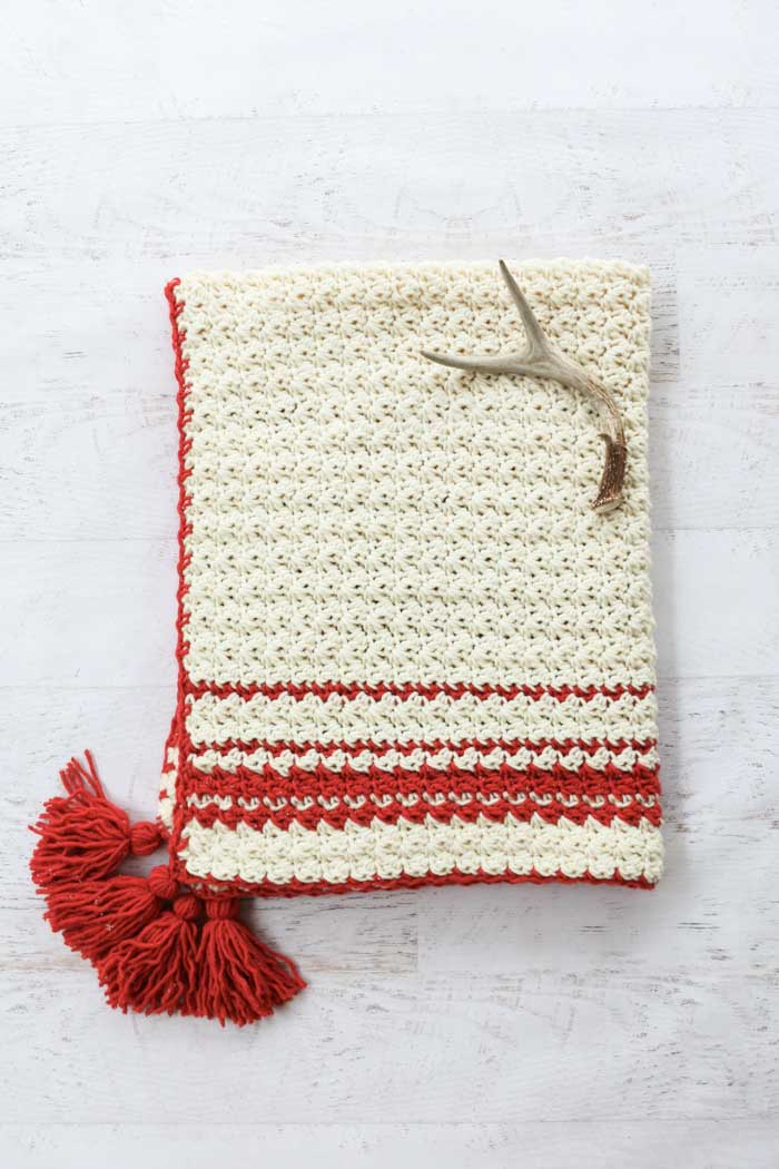 Infuse a little Scandinavian style in your Christmas with this hygge beginner crochet blanket pattern. Get the free pattern and video tutorial from Make & Do Crew featuring Lion's Pride Woolspun.