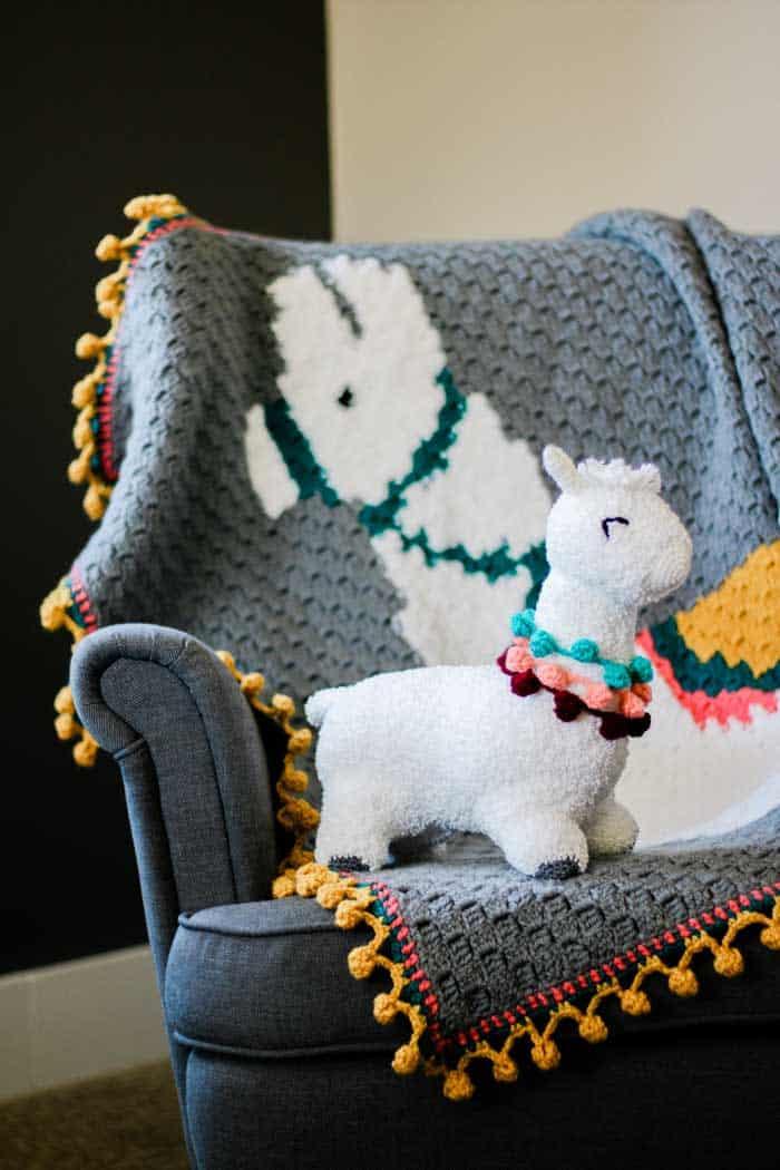 Free crochet alpaca (or llama) c2c blanket and crochet alpaca stuffed animal. Perfect crochet baby shower gift idea.