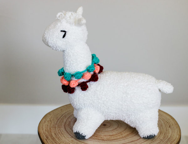 Free crochet alpaca (or llama) toy pattern for babies, kids or adults! This modern pattern includes pom pom accents and a full tutorial.