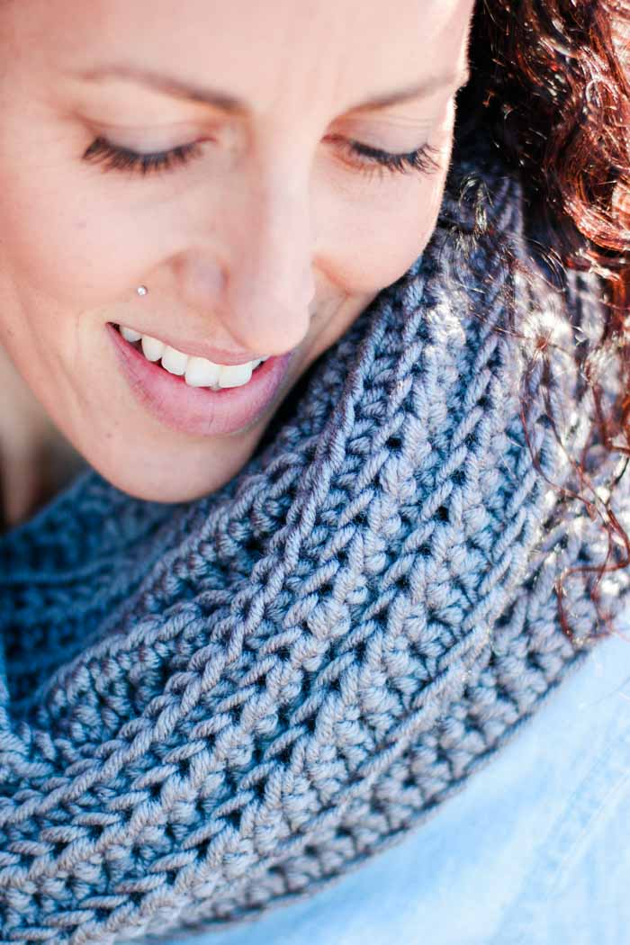 Make crochet look like knitting with half double crochet stitches in this chunky free crochet infinity scarf pattern featuring Lion Brand Color Made Easy yarn.