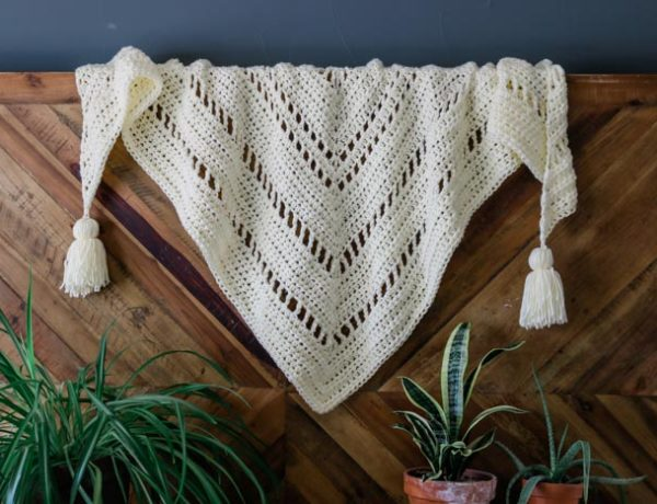 The intriguing repeat of basic stitches in this chunky crochet triangle scarf will hold the interest of beginning and more experienced crocheters alike. Perfect boho crochet scarf pattern for winter!