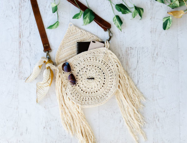 Free fringed crochet boho bag pattern with leather straps. Tutorial included.