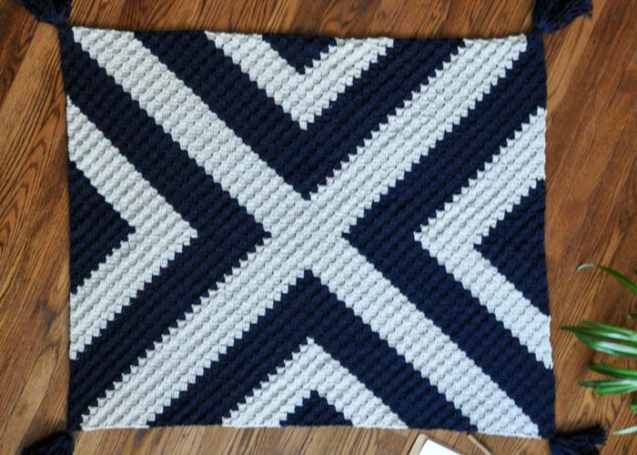 Free modern, black and white corner to corner crochet graphgan pattern.