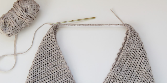How to crochet a tote bag with a geometric style.