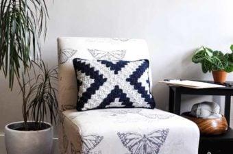 Free, beginner-friendly corner to corner crochet pillow pattern.