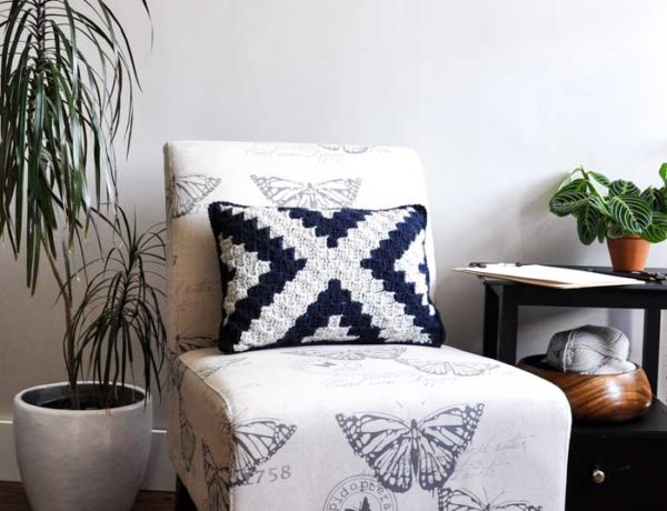 Free, beginner-friendly corner to corner crochet pillow pattern.