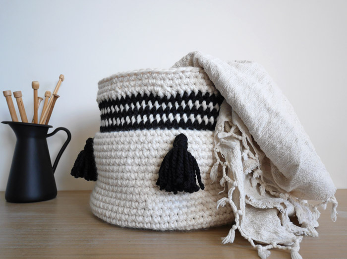 Free pattern and tutorial for an easy crochet basket with tassels.